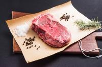 Corte cru de carne nobre com marmoreio ideal e temperos
